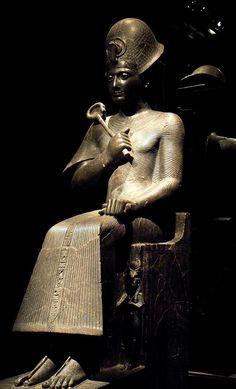 Ramsès II, pharaon de la XIXe dynastie qui régna de 1279 à 1213 avant notre ère, assis sur son trône, coiffé du khépresh, et tenant le sceptre Héqa - Le khépresh est une couronne d'apparat symbolisant le triomphe & la victoire militaire, de couleur bleue en forme de bulbe, souvent constellée de pois jaunes ou blancs. Le sceptre Héqa, dont l'extrémité est recourbée à la manière d'une crosse, assimile le pharaon à un berger qui conduit son peuple - Musée égyptologique de Turin, Italie.