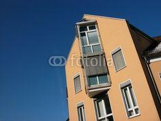 Moderne Neubau Fassade mit Sonnenschutz vor blauem Himmel in Oerlinghausen im Teutoburger Wald bei Bielefeld in Ostwestfalen-Lippe