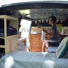 """Mi piace"": 537, commenti: 5 - Two girls in a tintop (@tintoptales) su Instagram: ""Our newly built, and almost finished, clothes storage is already making van life much easier. We…"""