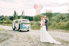 Hochzeitsauto VW Bus mit Blumengirlande und Luftballons als Hochzeitsdekoration #vwbulli Originelle Landhaushochzeit mit VW Bulli | Hochzeitsblog The Little Wedding Corner