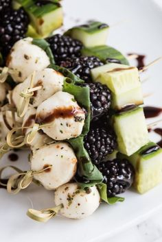Make these perfectly summery blackberry cucumber caprese skewers at your next party plus check out more easy party appetizers! Looking for easy party appetizer recipes? Look no further than these delicious blackberry cucumber caprese skewers! Pinchos Caprese, Caprese Skewers, Fruit Kabobs, Snacks Für Party, Appetizers For Party, Skewer Appetizers, Gourmet Appetizers, Caprese Appetizer, Appetizer Ideas