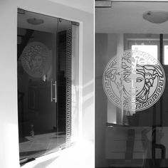 Versace celoskleněné dveře s motivem na přání klienta. Bathroom Lighting, Versace, Mirror, Furniture, Design, Home Decor, Bathroom Light Fittings, Bathroom Vanity Lighting, Decoration Home
