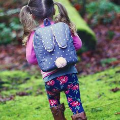 Sew a bunny toddler backpack with this free pattern! Fully lined and with adjustable straps, it's perfect for carrying all types of goodies!
