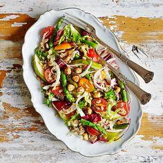 En matig sallad med det spännande grynet farro som svängs ihop med spröd sparris, päron, fänkål, tomater och blandade salladsblad. Ringla över en snabbfixad örtvinägrett, toppa med hasselnötter och bjud med en krämig avokado- och bönröra. Somrigt värre!