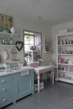 Boa idéia pintar os armários antigos!