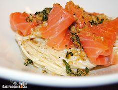 Espaguetis con salmón ahumado y pangrattato de espinacas