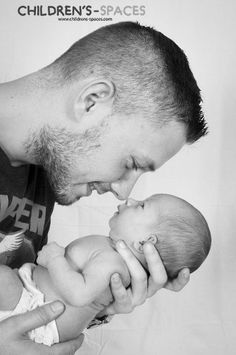 Moment d'émotion entre un père et son enfant - Newborn Family Pictures, Newborn Baby Photos, Baby Poses, Baby Girl Newborn, Baby Pictures, Baby Boy Pics, Newborn Shoot, Baby Papa, Father And Baby