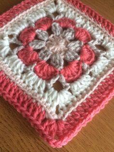 Gratis patroon Vintage Rose square met foto tutorial – Laura Haakt Free Vintage Rose square pattern with photo tutorial – Laura Haakt Crochet Hexagon Blanket, Crochet Motifs, Granny Square Blanket, Granny Square Crochet Pattern, Crochet Squares, Crochet Granny, Crochet Blanket Patterns, Crochet Shawl, Granny Squares