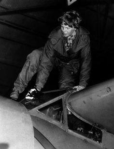 Американская лётчица Амелия Ирхарт покидает свой самолёт после 18-часового перелёта из Гонолулу в Окленд (Калифорния). За это она получила от гавайских представителей 10 тысяч долларов, т.к. подобное было сделано впервые. 14 января 1935 года.  #история #США #Америка