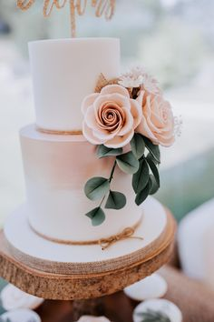 Look at the detail on this cake! Absolutely amazing. A two tier simple wedding cake with flower detail.  Image by Sally Rawlins Photography. #beautifulweddingcakes