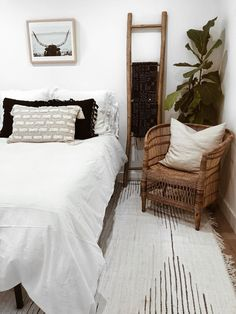 Influencers share their guest bedroom playroom ideas. Find out how home decorati. Influencers share their guest bedroom playroom ideas. Find out how home decorating experts style their guest bedrooms. Bedroom Apartment, Home Bedroom, Modern Bedroom, Bedroom Simple, Bedroom Office, Apartment Entryway, Bedroom Corner, Guest Bedroom Decor, Guest Bedrooms