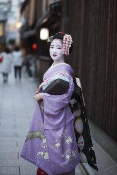 輝きをありがとうございましたさよなら、お元気で・・・祇園甲部、舞妓 まめ藤さん(2016.04.29)CAMERA EOS5DMarkⅡ / LENS C... Geisha Japan, Geisha Art, Japanese Beauty, Asian Beauty, Kyoto, Kabuki Costume, Japan Fashion, India Fashion, Japan Girl