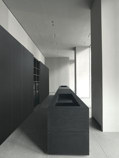Modern Kitchen Design – Want to refurbish or redo your kitchen? As part of a modern kitchen renovation or remodeling, know that there are a . Black Kitchen Cabinets, Kitchen Cabinetry, Black Kitchens, Modern Kitchen Design, Interior Design Living Room, Küchen Design, House Design, Kitchen Dinning, Buy Kitchen