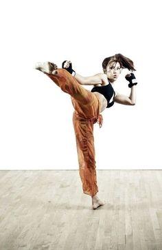 Do you like kickboxing and other martial arts? Then wear the right claw . - Do you like kickboxing and other martial arts? Then wear the matching clothes from Yakuza Premium. Karate, Martial Arts Women, Mixed Martial Arts, Judo, Jiu Jitsu, Art Poses, Drawing Poses, Combat Boxe, Kick Boxing Girl
