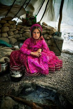 Iran Girls, Iran Pictures, Persian Architecture, Arabian Women, Persian Girls, Kids Around The World, Persian Culture, Goddess Art, Local Women