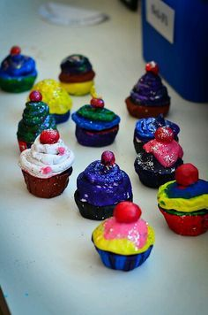 For the past two weeks, my class and I have been working on an art project - cupcakes made out of clay! Here is how we did it - Make a ball of clay. Turn this ball into a pinch pot (which will be the base of your cupcake) Make another ball… Cupcake Garland, Cupcake Art, Candy Crafts, Food Crafts, Reggio Emilia, Candy Topiary, Diy For Kids, Crafts For Kids, Candy Centerpieces