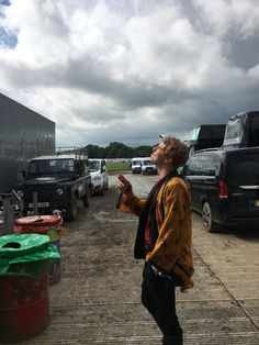 English Singer-Songwriter Tom Odell Does Glastonbury With the Right Crowd Glastonbury Music Festival, Tom Peters, Tom Odell, Festival 2016, Walking Down The Aisle, Crowd, Toms, Celebs, Famous People