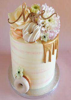 aay een nieuwe taartentrend is geboren! Kleine eetbare bloemen doen het goed op je wedding cake! Van romantisch en rustiek, tot wild en tropisch, voor heel veel stijlen kun je bloemen als accent op de taart toepassen.