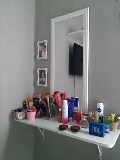Faça você mesma a sua penteadeira, super simples. Room Design Bedroom, Room Ideas Bedroom, Home Room Design, Small Room Bedroom, Bedroom Decor, Make Up Tisch, Pinterest Room Decor, Glamour Decor, Vanity Room