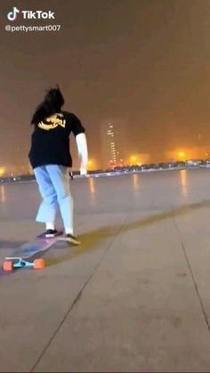 Skateboard Videos, Skateboard Girl, Skates, Longboard Cruising, Bamboo Longboard, Stylish Street Style, Best Friends Shoot, Snowboarding Style, Skate Girl