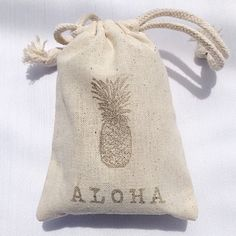 { aloha } just love this little wedding favor bag our couple found at @sohaliving & we filled with little pineapple shaped Honolulu…