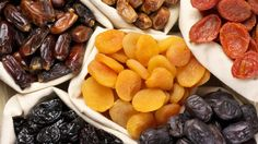 Dried fruit is a tasty, nutritious snack that's perfect for when you're on the go. However, some dried fruit can be expensive or hard to find. Heart Healthy Recipes, Gourmet Recipes, Healthy Snacks, Healthy Eating, Fruit Snacks, Healthy Choices, Alkaline Diet, Alkaline Foods, Fruits Déshydratés