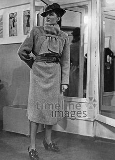 Frauenmode, 1941 Timeline Classics/Timeline Images #Mantel #Mäntel #style #stylish #fashion #Hut #Hüte #Damenmode #40er #40ies #1940er #reiseanzug #Wollmantel #Modefotografie #modelling #Model #Stil #vintage #Nostalgie #nostalgisch
