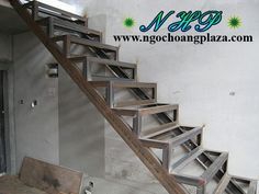 Modern Stair Railing, Staircase Handrail, Stair Railing Design, Modern Stairs, House Construction Plan, Front Gate Design, Showroom Interior Design, Home Stairs Design, Wrought Iron Stairs