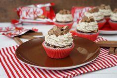 Super leckere Schokoladenmuffins mit Kitkatcremetopping und flüssiger Karamellsoße.