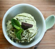 Are you a mint chip ice cream addict? Try this raw vegan version! Are you a mint chip ice cream addict? Try this raw vegan version! Raw Vegan Desserts, Vegan Treats, Vegan Foods, Vegan Dishes, Raw Food Recipes, Dairy Free Recipes, Vegan Raw, Mint Chip Ice Cream, Chocolate Chip Ice Cream