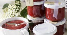 Was kann im Frühsommer schöner sein, als feldfrische Erdbeeren und zartduftende Holunderblüten? Diese Konfitüre ist der Hit auf jedem Frühstückstisch.