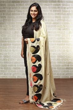 Stunning collection of hand-crafted, hand-painted and hand-embroidered dupattas by Pranoti Chitnis. Kalamkari Designs, Kurta Designs, Saree Blouse Designs, Hand Painted Sarees, Hand Painted Fabric, Kurta Patterns, Dress Patterns, Fabric Paint Designs, Fabric Design