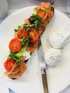 fantastisches Lachs-Avocado Brot mit pochierten Eiern. Gegessen bei Joseph Brot. Mehr dazu auf meinem Blog Caprese Salad, Bruschetta, Ethnic Recipes, Blog, Avocado Bread, Salmon, Food And Drinks, Food Food, Blogging