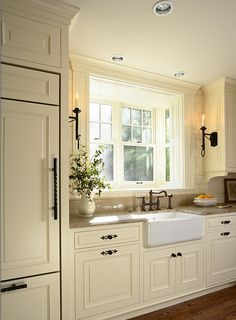 love the sink and fridge location