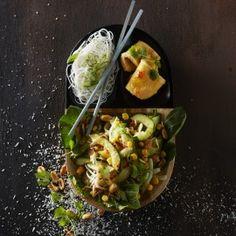 Pindasalade met kokos en komkommer Guacamole, Sprouts, Vegetables, Breakfast, Ethnic Recipes, Food, Salads, Breakfast Cafe, Veggies