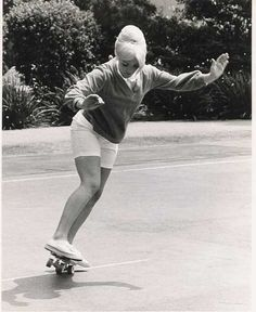 Patti McGee was the first pro female skater (skateboarder) to win national championships and to be inducted into the Skateboard Hall of Fame. Who knew? Hugh Holland, Patti Mcgee, Skate And Destroy, Skateboard Girl, Skateboard Pictures, Skateboard Fashion, Skater Girls, Santa Monica, Old Photos