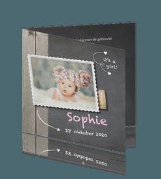 Hip geboortekaartje meisje met grijs schoolbord foto en hout. #geboortekaartje #babykaartje