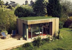 Amazing Homes with Grass Roof Designs The roof of your house can actually be something to get excited about. Here are 20 amazing homes with grass roof designs. MoreThe roof of your house can actually be s. Outdoor Office, Backyard Office, Backyard Studio, Garden Office, Home Office, Shed Design, Roof Design, House Design, Contemporary Garden Rooms