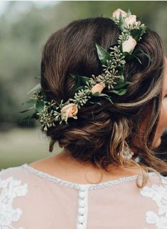 30 photos of bridal flower crowns for a romantic wedding day look - WED . - 30 photos of bridal flower crowns for a romantic wedding day look – WED – - Simple Flower Crown, Rose Crown, Flower Crown Wedding, Wedding Hair Flowers, Bridesmaid Flowers, Wedding Hair And Makeup, Bridal Flowers, Flowers In Hair, Crown Flower
