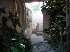Bonito departamento en renta, de 90 m2, en planta baja, una recámara con piso de madera, closet, baño con cancel, cocina integral cerrada con espacio para antecomedor, sala-comedor, área de lavado y tendido. Pisos de mosaico. Con espacio para estacionar un auto frente al departamento, en calle privada con reja eléctrica y cámara de vigilancia. En condominio de sólo dos departamentos. Cuota de mantenimiento: $100 mensuales. Ubicado cerca del Instituto Nacional de Salud Pública, de la UAEM…
