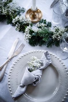 Bring festive flair to your dining room with our Christmas table decorations. Get your dinner table Wedding Table Decorations, Christmas Table Decorations, Wedding Table Settings, Wedding Centerpieces, Beautiful Table Settings, Deco Table Noel, Christmas Mood, Sweden Christmas, Merry Christmas