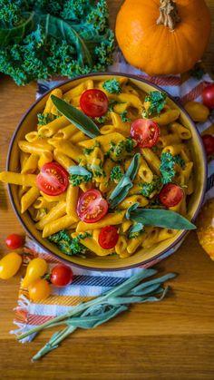 Die cremige Kürbis Pasta mit Kohl ist in 20 Minuten zubereitet, vegan und ein richtiges Wohlfühlgericht. Rezept Kürbisnudeln, vegan kochen, Vegane Pasta. Einfach kochen, schnelle Mahlzeit Mrs Flury Rezept #pasta #kürbis #vegan #mrsflury Indian Food Recipes, New Recipes, Vegan Recipes, Cooking Recipes, Tasty Videos, Food Videos, Comidas Light, Healthy Breakfast For Weight Loss, Healthy Cook Books