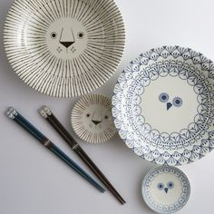 The traditional Japanese tokusa pattern with its lines radiating outwards, is cleverly reinterpreted with picture book style. As food disappears into hungry bellies, a sweet little animal face at the centre of the plate is revealed (lending the series its name, 'mikke'- found it!)