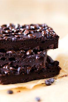 Süßkartoffel-Brownies mit Erdnussbutter. Super einfach, saftig und dekadent schokoladig - Kochkarussell.com