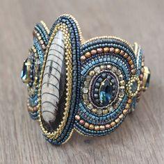 Bracelet manchette perle broderie - broderie perlée, perlé, brodé, perles, large, orthoceras, pierres précieuses, cristaux de Swarovski, perles, bleu, or