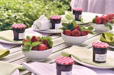 Because the strawberry season is from June to mid August, you can use them as an inspiration for a sweet summer garden party theme. A strawberry party theme Fruit Centerpieces, Wedding Centerpieces, Wedding Favors, Centerpiece Ideas, Unique Centerpieces, Fruit Arrangements, Wedding Bells, Wedding Strawberries, Covered Strawberries