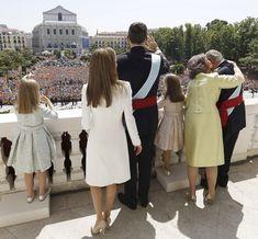 La nueva Familia Real española hace su primera aparición en el balcón de Palacio de Oriente
