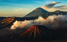 Jangan katakan Anda pernah ke Jawa Timur bila belum menapakkan kaki di gunung api yang indah ini. Gunung Bromo di Taman Nasional Bromo Tengger Semeru..