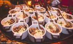 Mignon na manteiga e ervas com risotinho de siciliano ou de fungui. Mini Foods, Canapes, Food Presentation, Bon Appetit, Finger Foods, Carne, Blueberry, Brunch, Appetizers