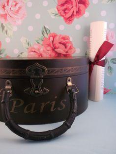 Mooie koffer met Paris erop. Het koffertje is aardig wat jaren oud en heeft gebruikssporen. Dit is juist de charme van het oude koffertje. Fantastisch om sjaaltjes, sieraden of zelfs post in te bewaren! http://www.hetvrolijkedametje.nl/vintage/vintage-wonen/koffertje-paris